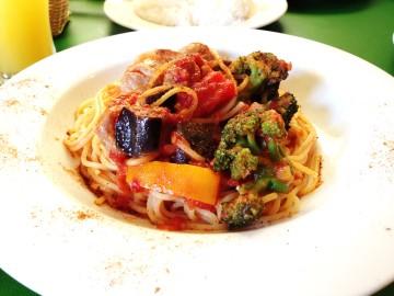 若鶏と生ソーセージと夏野菜のスパイシースパゲッティ@グラッチェガーデンズ