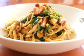 厚切りハムとシメジとほうれん草のスパゲッティ